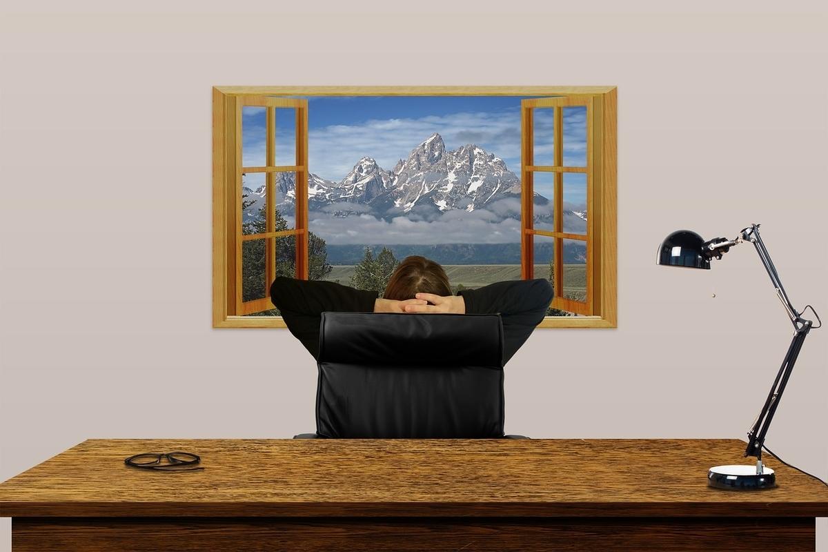 窓を眺めて考える男性