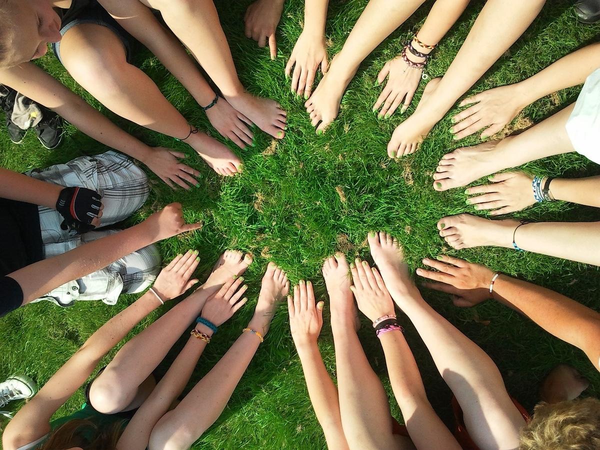 円になっている人の手。コミュニティ。チーム。