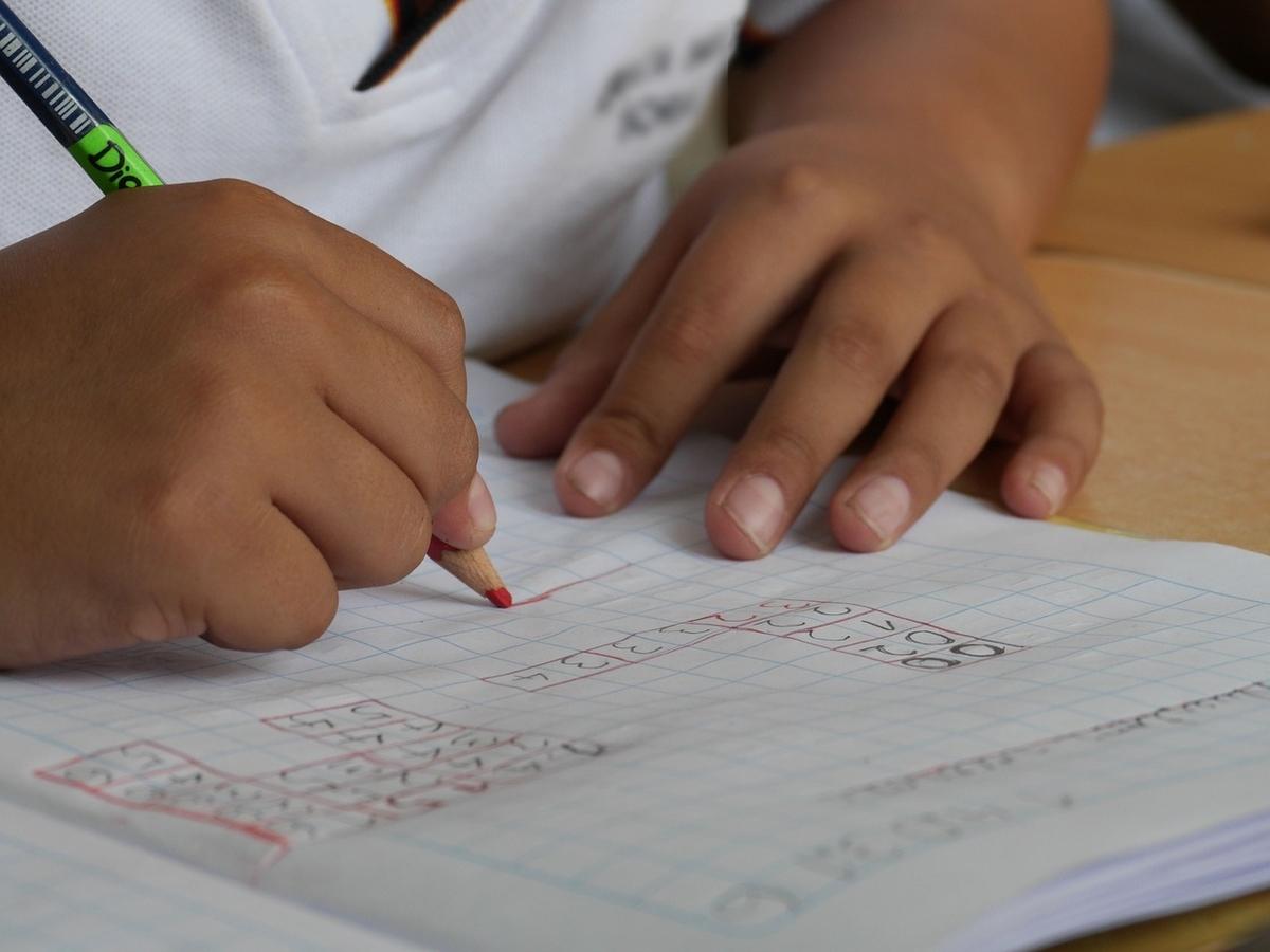 文章を書いている子供の手
