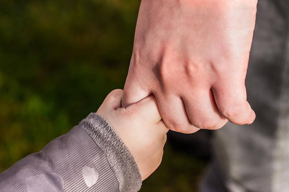 手握るこどもの手