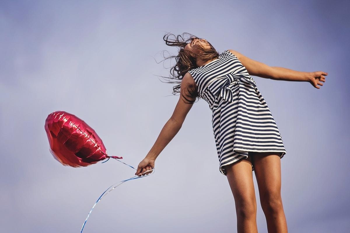 自由にしている女性。夢。