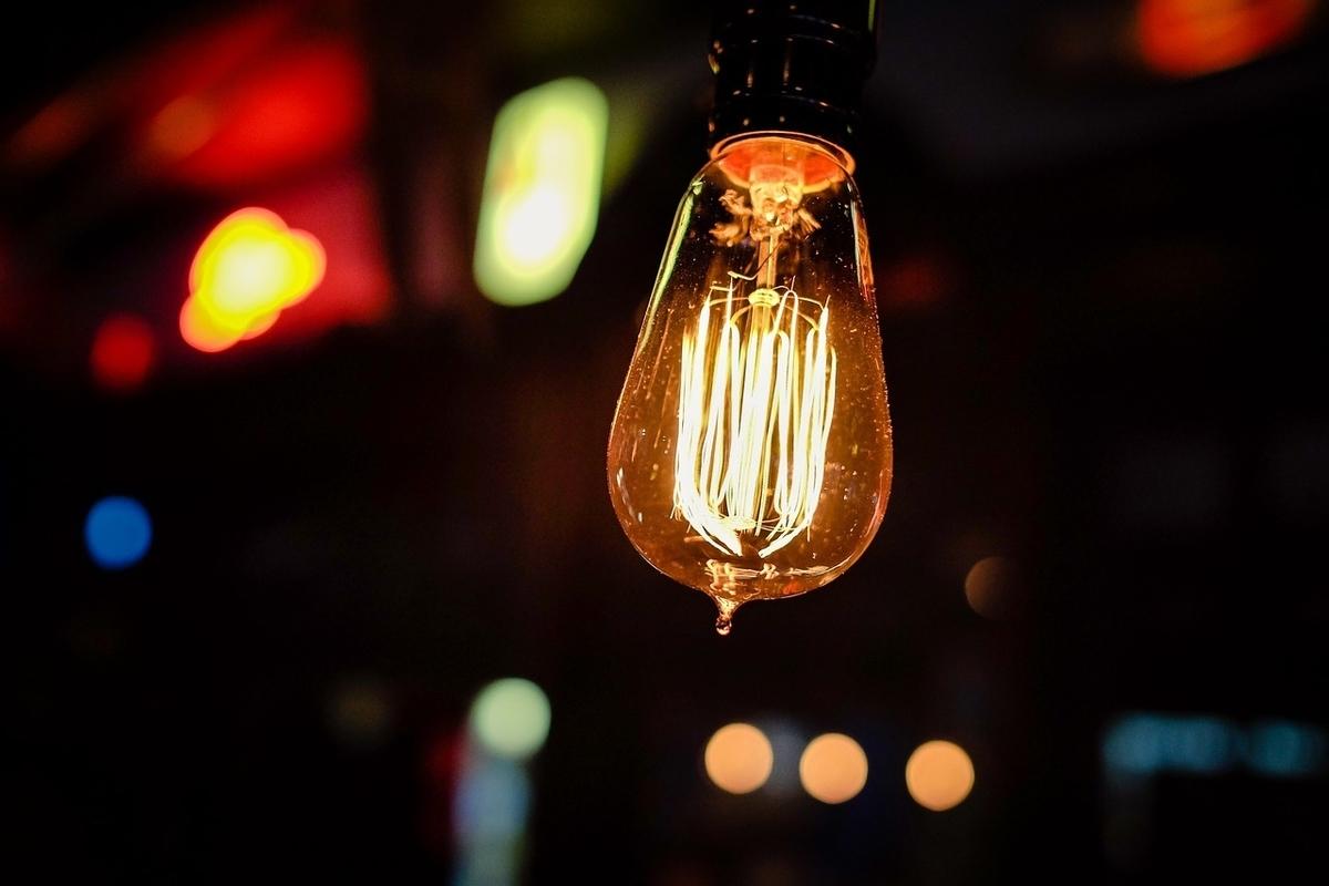 アイデア。電球。