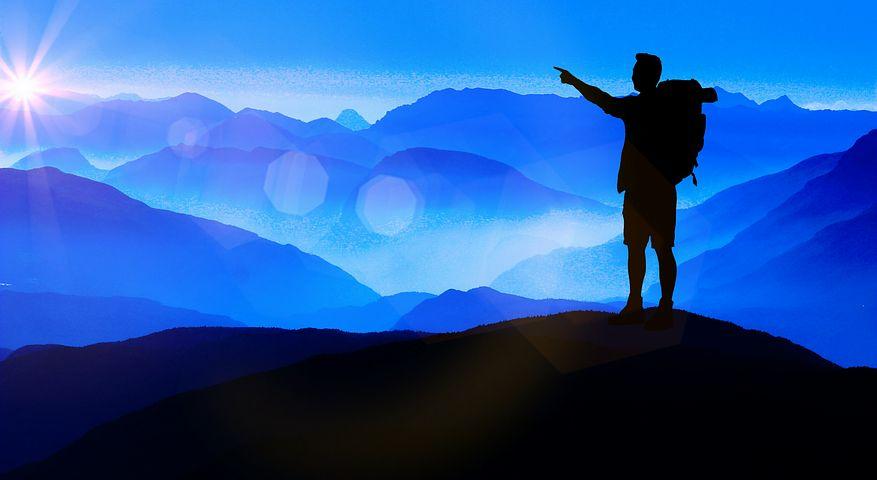 登山している男性