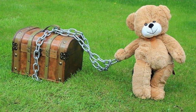 宝箱を引っ張る熊のぬいぐるみ