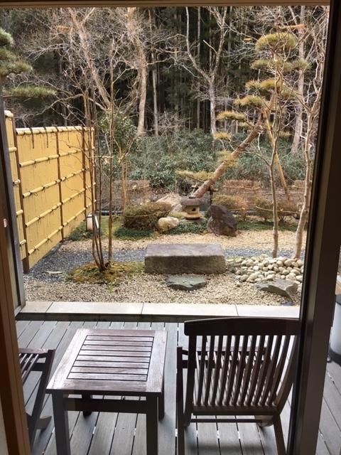 部屋の庭にあるベンチ
