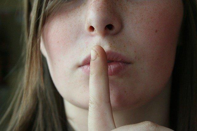 口を閉じている女性