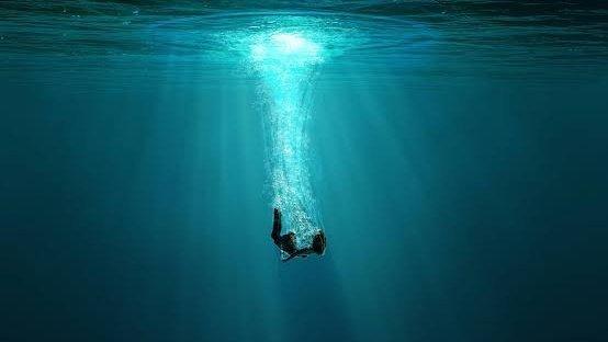 湖へダイビングする主人公