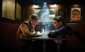 バーで会話するバーテンダーと青年