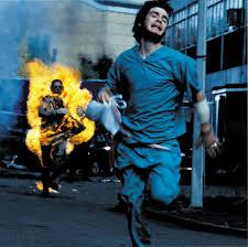 走るゾンビから逃げる人