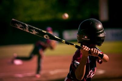 野球の試合をしている子ども