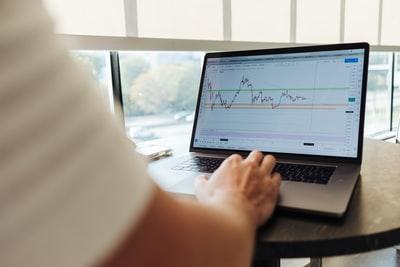 株価表示しているPC画面