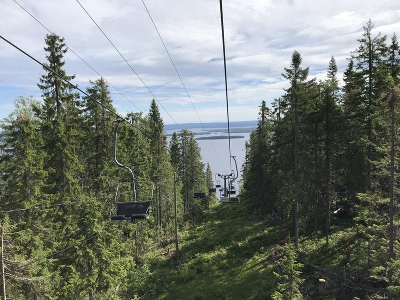 湖畔へのリフト