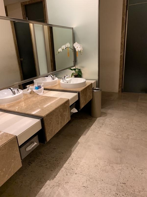 シルバークリスラウンジトイレ
