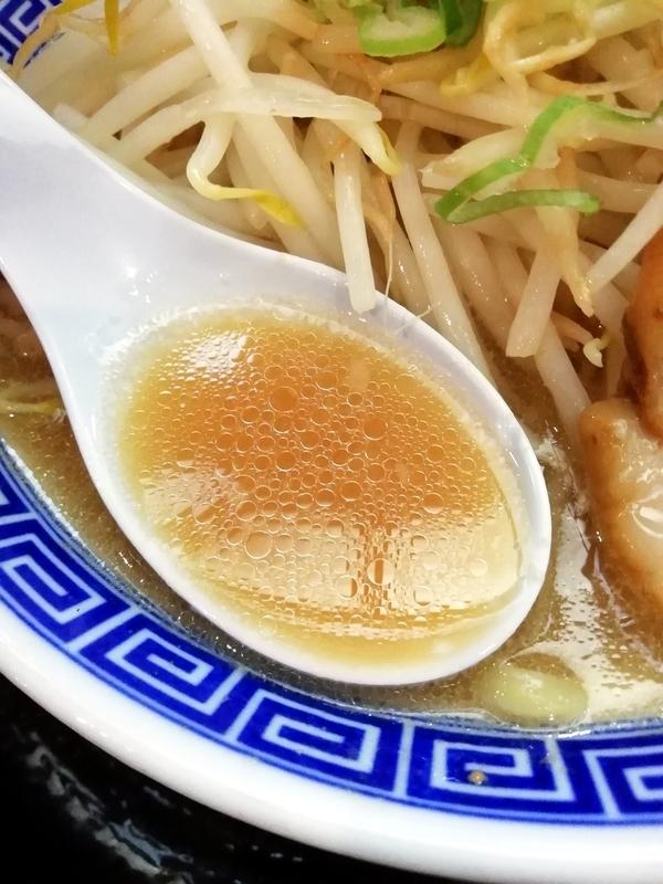 伏竜らーめん醤油のスープ
