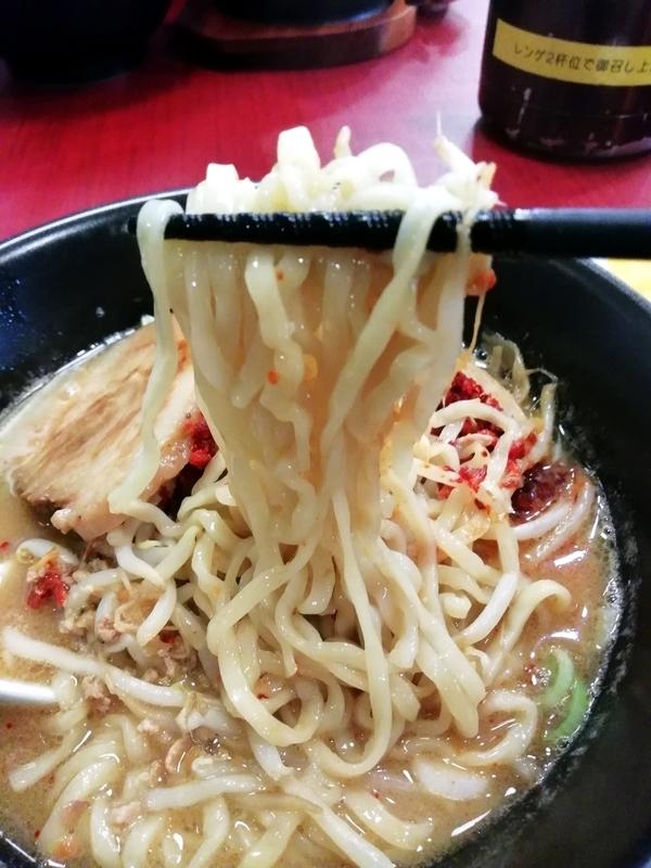 えび辛味噌らーめんの麺