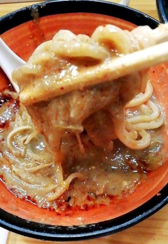 miso style となみさんのドロドロ特濃スープに麺をくぐらせる。