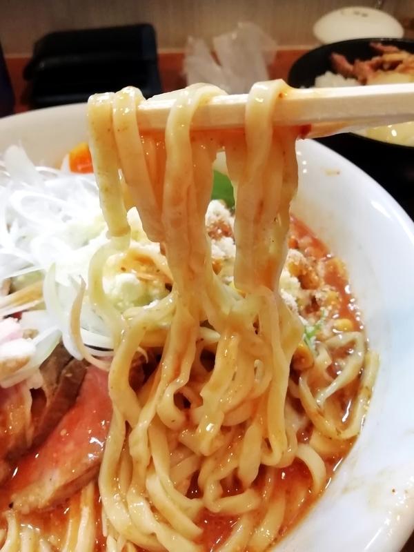 特製チリトマトラーメンの麺