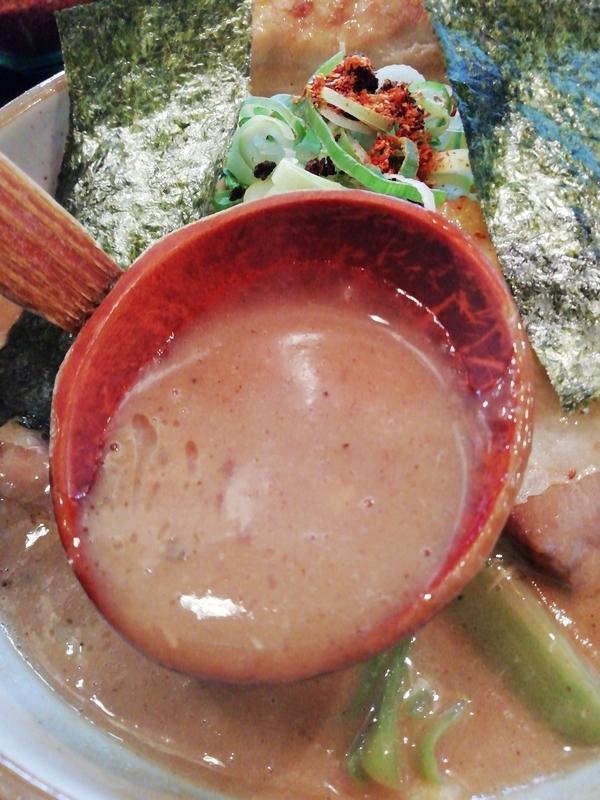 麺家うえださんの特濃魚介豚骨ラーメン(ハード)のスープ