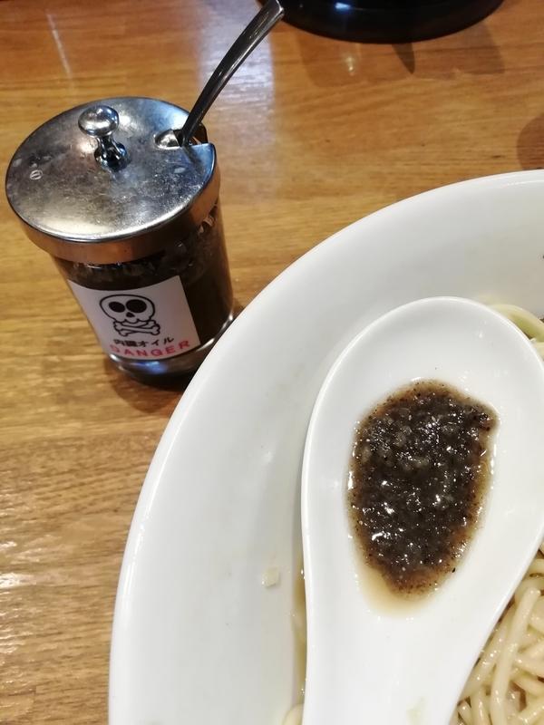 中村屋総本山さんの煮干しそばに内臓オイルを投入。