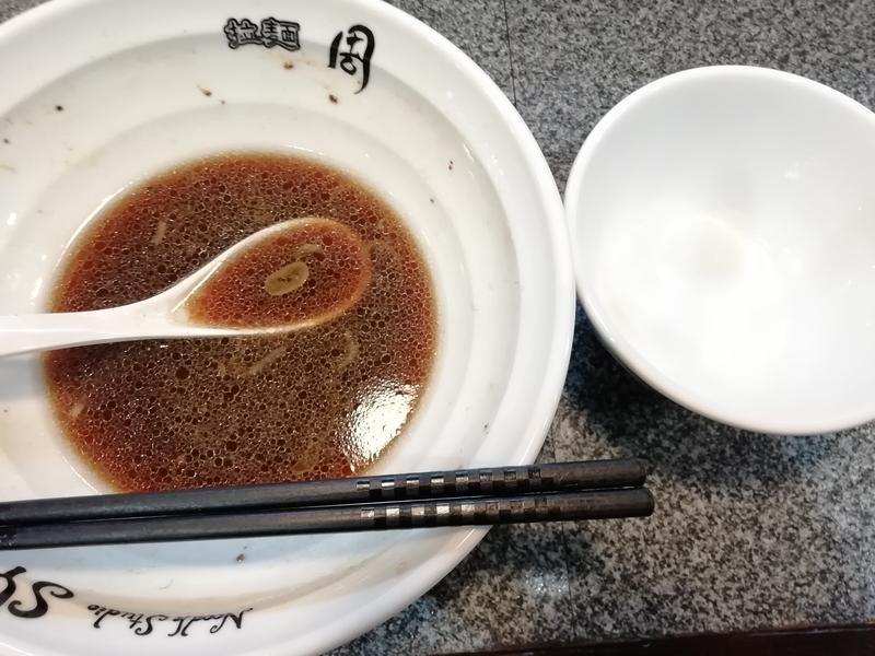 Noodle Studio 周さんのチャーシュー生姜醤油らーめんとサービスライスを完食。