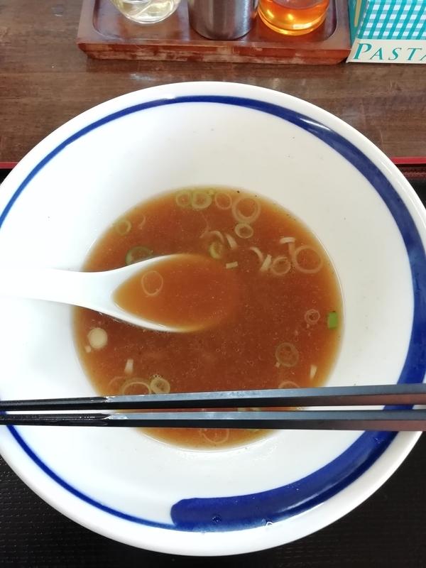 寄居町のらーめんうさぎやさんのらーめん並盛細麺を完食。