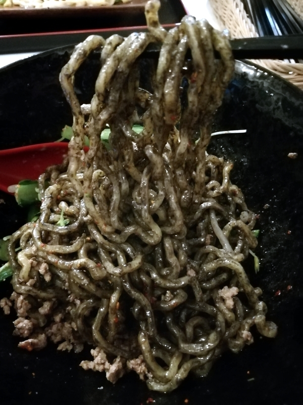 汁なし麺専門店 メンデザインさんの汁なし担々麺 黒の麺