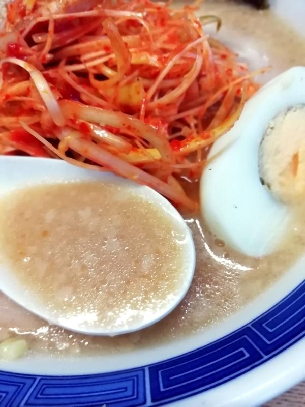 岡ちゃんラーメンさんのネギとんこつチャーシュー醤油のスープ