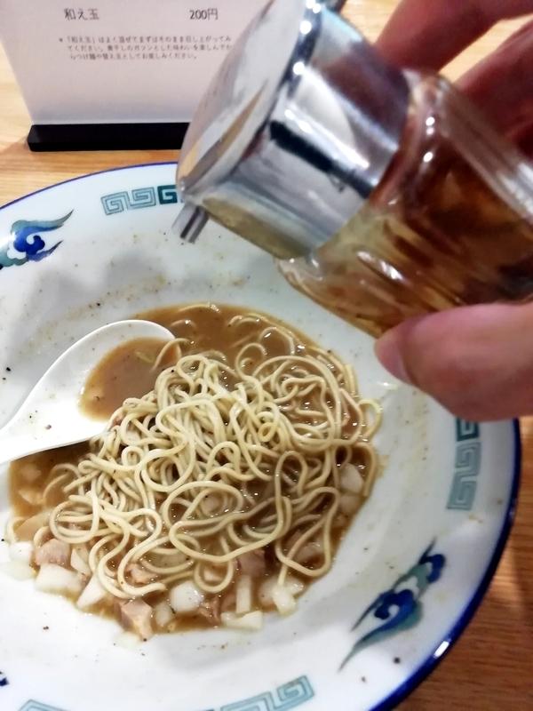 ツバメヤさんの和え玉にかつお節酢を投入。