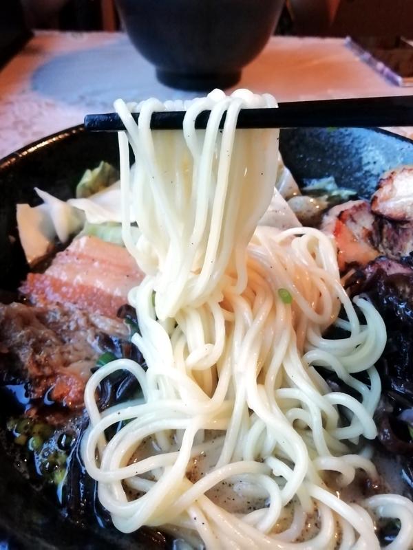 大悟ブラックの麺