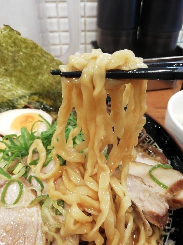 丸め@新所沢店さんの特製背脂煮干ラーメンの麺