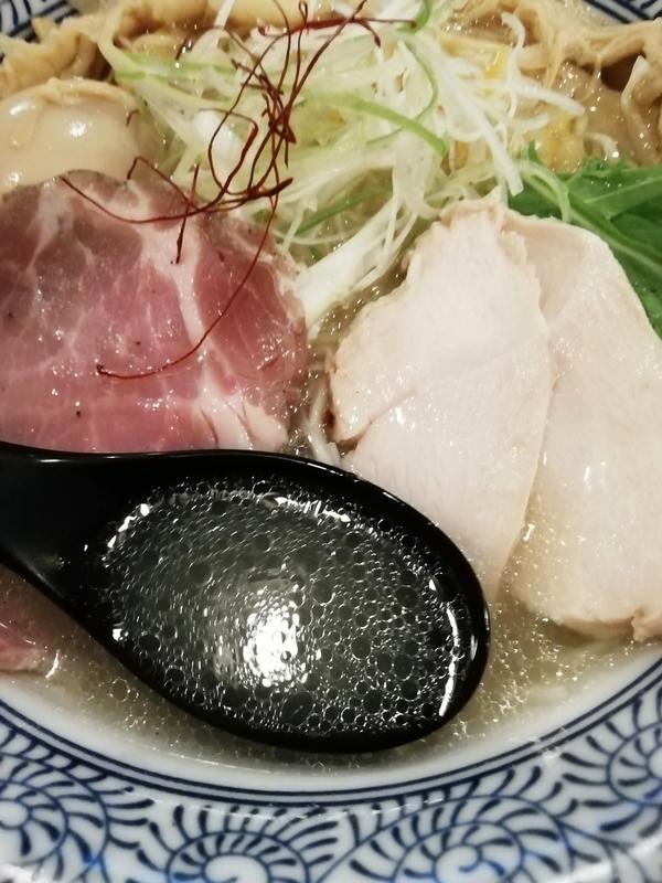 麺処かつ善さんの淡麗塩そばのスープ