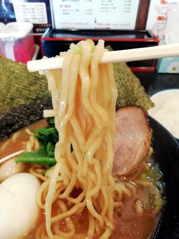 横浜家系 クマガ家さんの家系豚骨醤油の麺
