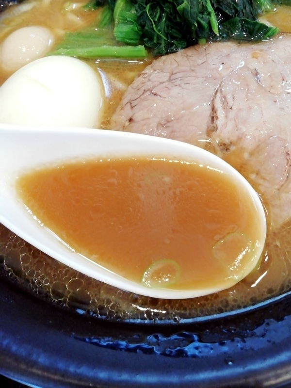 横浜家系 クマガ家さんの家系豚骨醤油のスープ