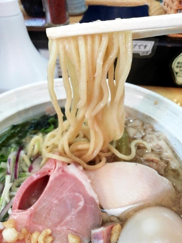 讃岐ラーメン 香麦 -komugi-さんの背脂いりこそばの麺