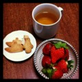 今日の夜食はイチゴクッキーカモミール(´ー`)