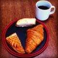 今朝はメゾンカイザーのパンとコーヒー(´ー`) 曇り空ですなあ