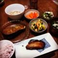 今夜は銀ダラ粕漬けと米茄子田楽と海老ズッキーニ花椒炒めと蕪茗荷和