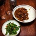今夜は二日目ハヤシライスとインゲン花椒ニンニク炒めとビール(´¬`)