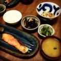 今夜は鮭塩麹焼きと茄子煮と春菊お浸しと鶏肉ヒジキと納豆みそ汁ごは