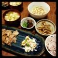 今夜は豚生姜焼きとカブ梅和えとゴボウ唐揚げと茄子エンドウと納豆み