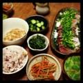 今夜は鰤と真鯛の刺身盛りとキンピラゴボウとほうれん草ソテーと納豆