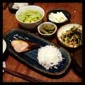 今夜は鰤塩焼きと大根おろしとニラモヤシ豆板醤炒めと酢みそエンドウ