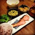 今夜は鮭塩麹焼きと菜の花おひたしと若竹煮と煮豆と納豆みそ汁ごはん