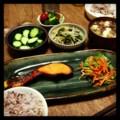今夜は鮭麹漬けと人参ナムルとモヤシワカメ胡麻和えと胡瓜ぬか漬けと