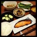 今夜は鮭粕漬けと茄子油揚げ煮とインゲン花椒炒めとオクラ納豆とぬか