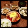 今夜は鶏トマト卵オイスター炒めとピータン豆腐と炙り鶏皮と香草サー