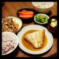 今夜はカレイ煮付けと豚タンモヤシ炒めとゴーヤーネギ和えと納豆と味