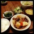 今夜は肉じゃがとニラナムルとカイワレサラダと納豆とキャベツ味噌汁