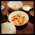 今夜は鶏トマト玉子炒めと蕪マリネと納豆と味噌汁とごはんとビール(´