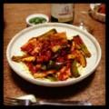 今夜はゴロゴロ夏野菜とベーコンのトマトソーススパゲティとオリーブ